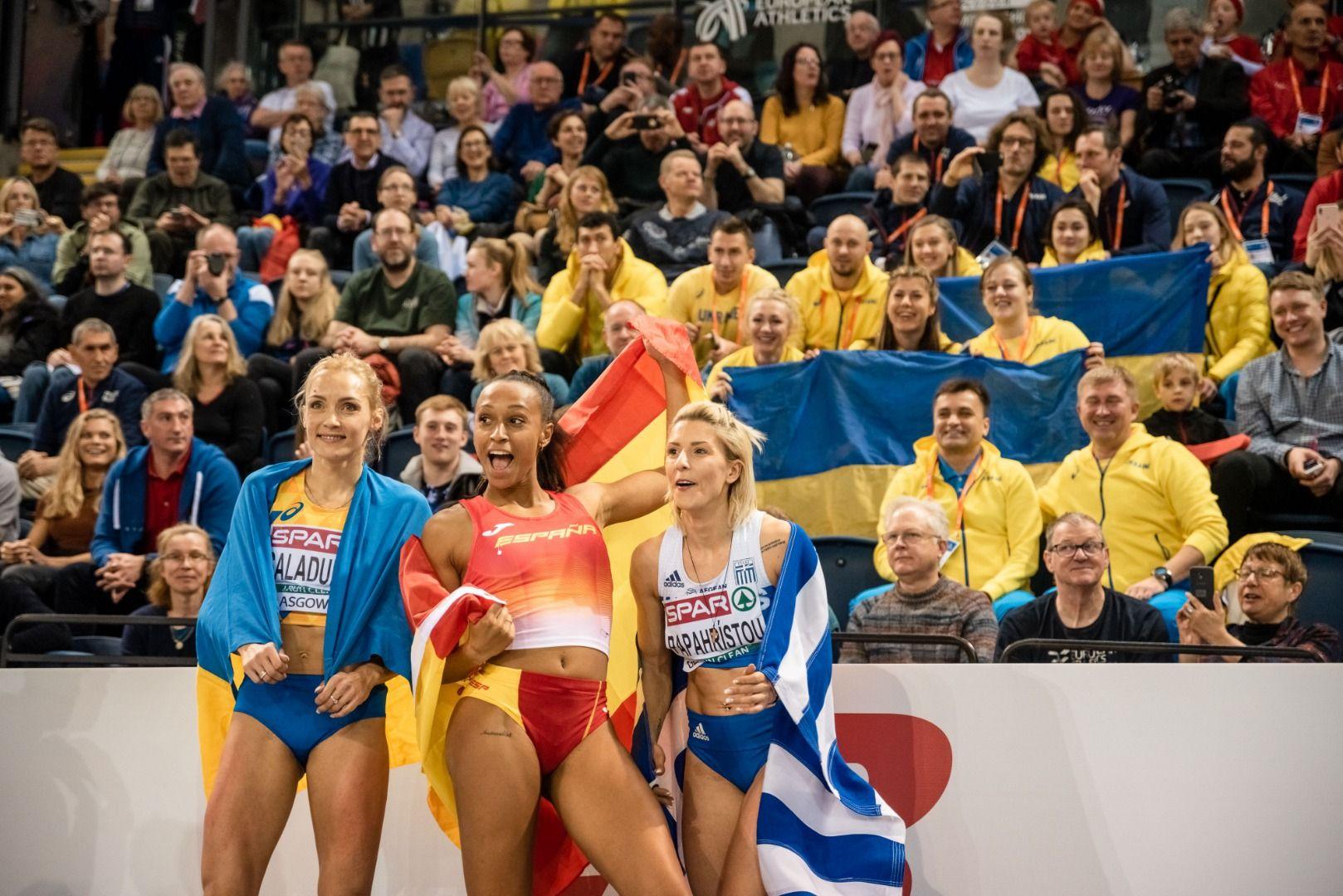 Ana Peleteiro celebra el título con sus compañeras de podio
