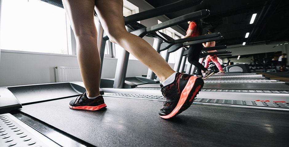 La razón por la que debes inclinar la cinta de correr