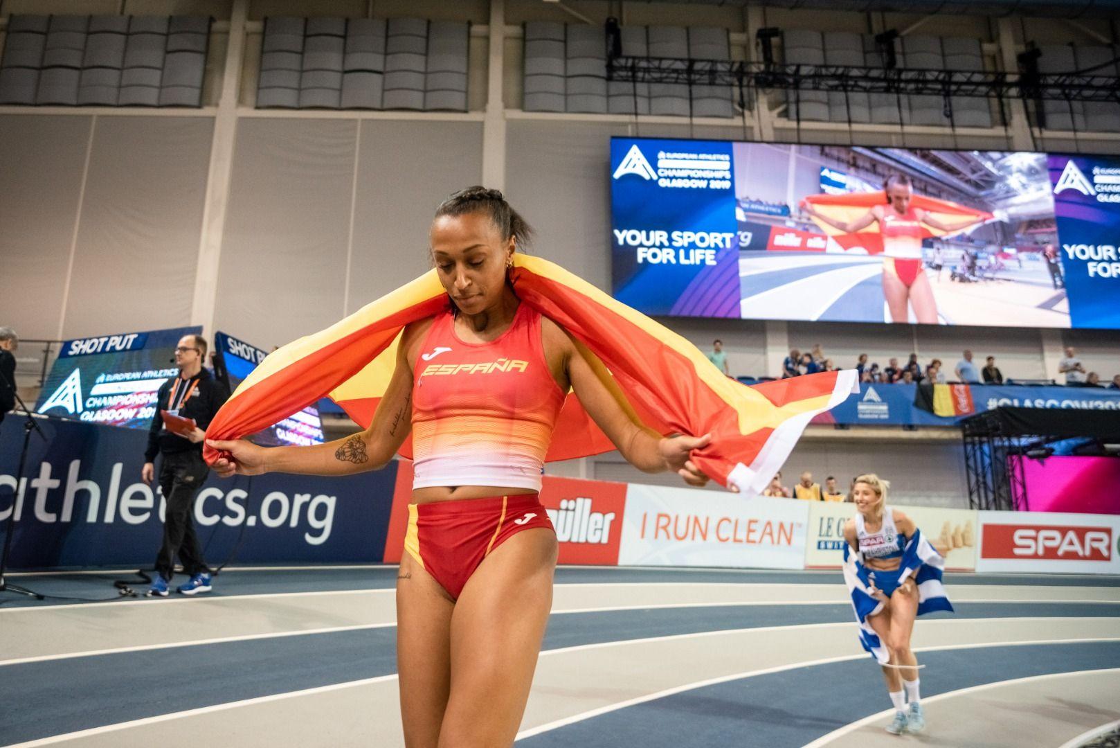 Ana Peleteiro en su vuelta de honor con la bandera de España