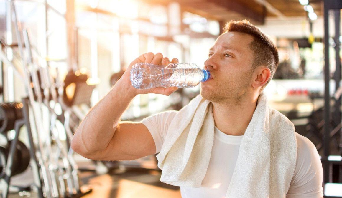 ¿Es bueno beber 4 litros de agua al día?