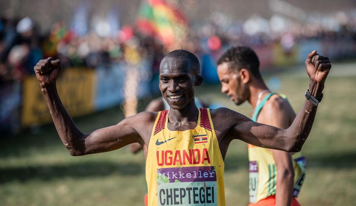 Joshua Cheptegei se resarce en una exhibición de Uganda