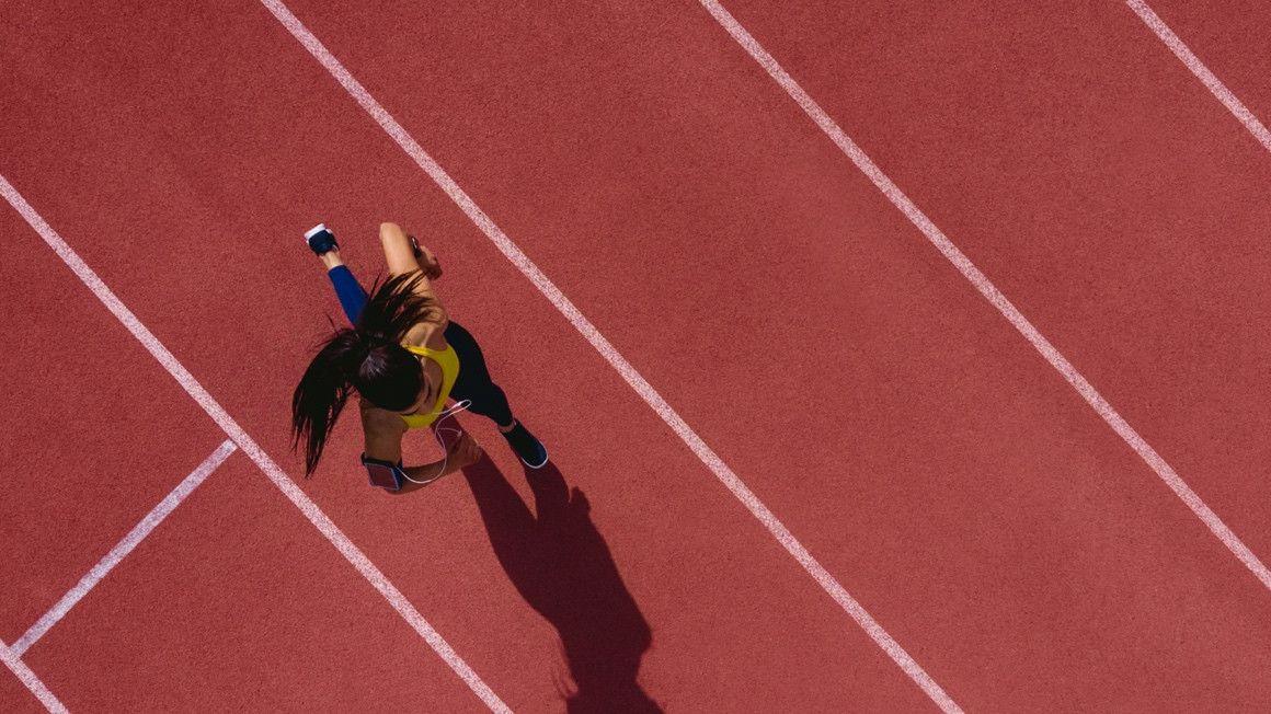 ¿Es más fácil correr en una pista de atletismo que en otro terreno?