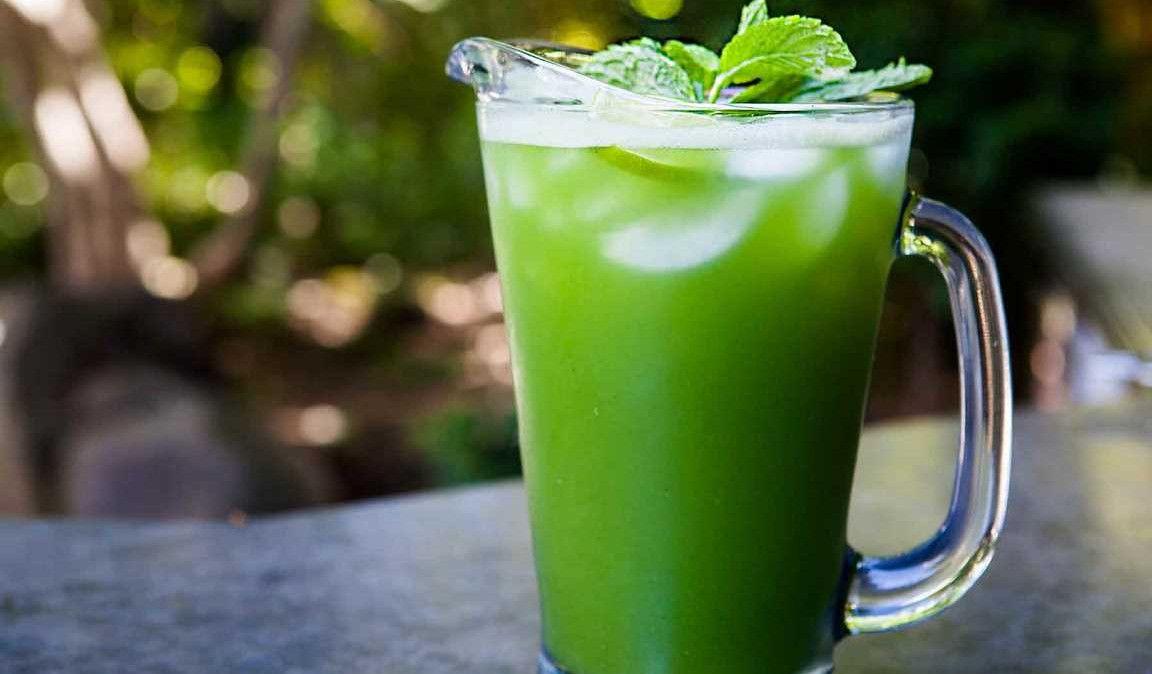 La bebida de pepino y menta para tomar después de correr en verano