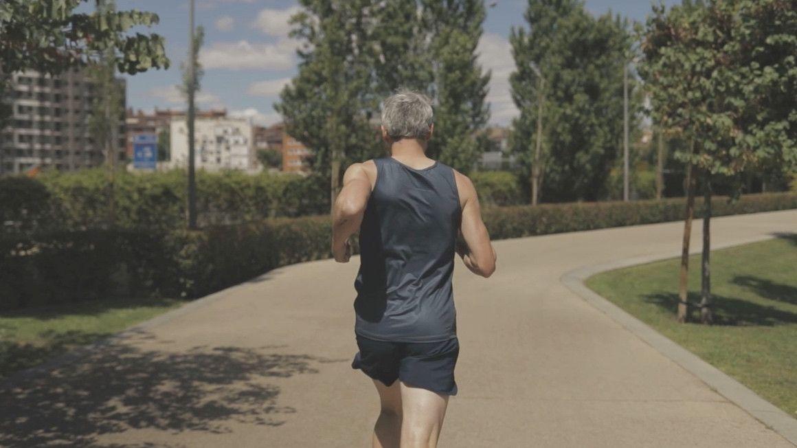 ¿Es buena idea correr sin camiseta en verano?