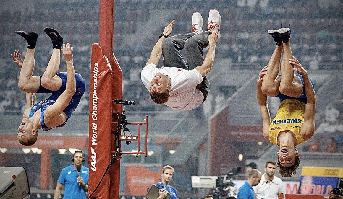VÍDEO | La acrobática celebración de los medallistas de pértiga