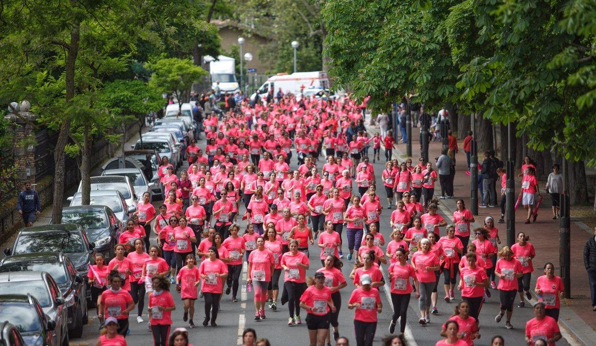 Claudia Anduaga lidera la marea rosa en Vitoria