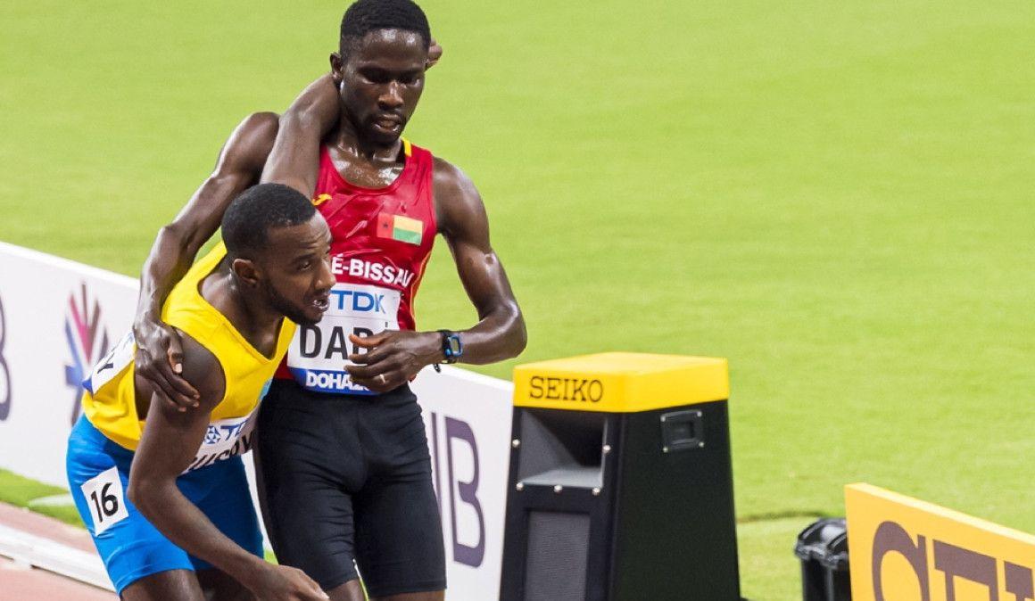 Debuta en 5.000 m en el Mundial y acaba arrastrado
