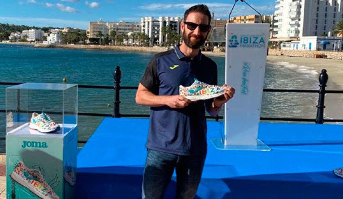 Dani Rovira presenta las zapatillas conmemorativas de Ibiza Marathon
