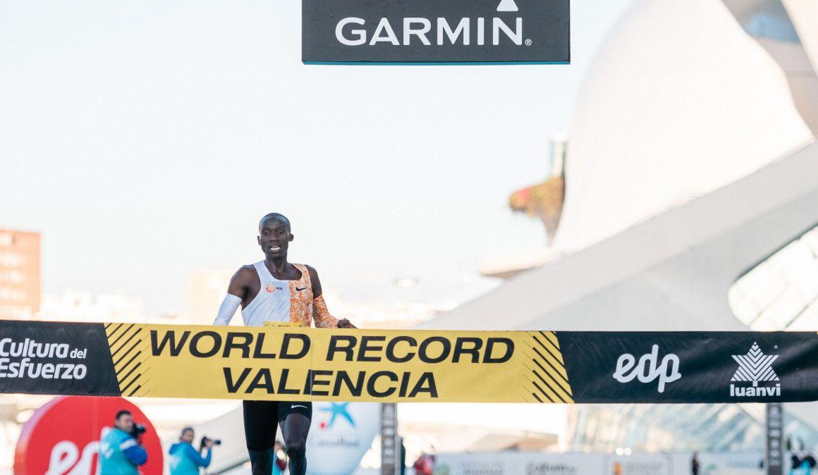 Joshua Cheptegei bate el récord del mundo de 10 km en Valencia