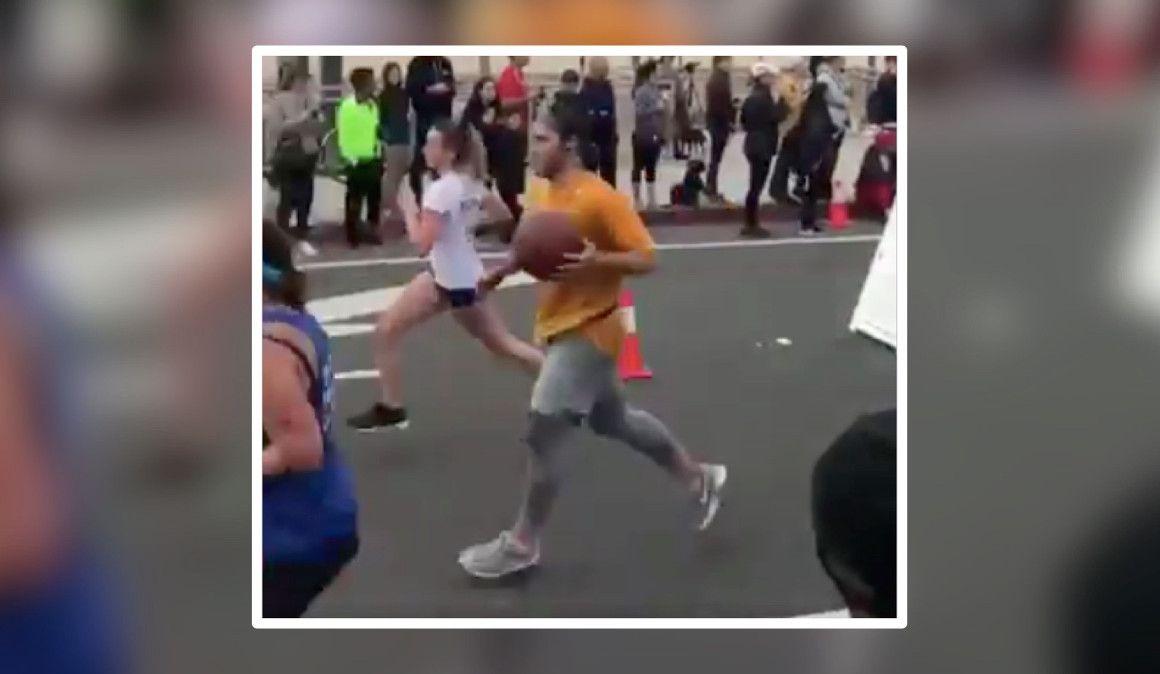 Un medio maratón botando un balón en homenaje a Kobe